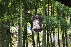 Lantaarns en bamboebos in de Japanse tempel royalty-vrije stock foto's
