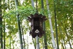 Lantaarns en bamboebos in de Japanse tempel stock afbeeldingen