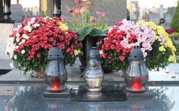Lantaarns en bloemen op het graf stock afbeeldingen