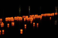 Lantaarns op de rivier van Arashiyama, Kyoto Japan stock foto's