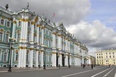 Lantaarns vóór het Paleis van de Winter in St. Petersburg Stock Afbeeldingen