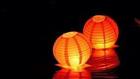 Lantaarns van de cirkel de drijvende verlichting op rivier bij nacht - romantisch festival stock video