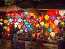 Lantaarnverkoper in de straten van oude stad van Hoi An in Centraal Vietnam, kleurrijke lantaarns die overal het creëren van groo royalty-vrije stock afbeelding