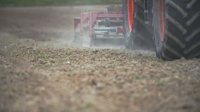 lantbruk Bonde som odlar fältet stock video