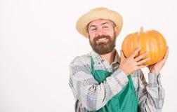 Lantbruk och jordbruk ?kerbrukt fr? g?dningsmedel och ?kerbrukt begrepp f?r sk?rd Mannen upps?kte lantliga bondekl?der fotografering för bildbyråer