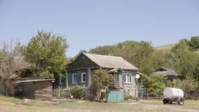 Lantbrukarhem i byn Konigin Arkivbild