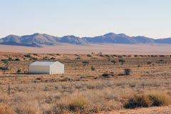 Lantbrukarhem i mitt av ingenstans royaltyfria foton