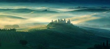Lantbrukarhem i Tuscany på en otta i vår arkivbilder