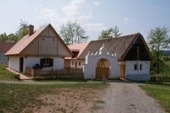 Lantbrukarhem med den original- porten i den tjeckiska bygden, museum för öppen luft i Kourim, Tjeckien Arkivfoto