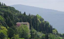 Lantbrukarhem på en Tuscan kulle Arkivfoton