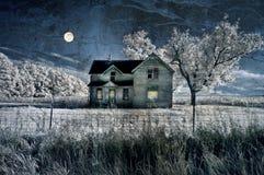 lantbrukarhem spökad moon royaltyfri fotografi