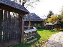 Lantbrukarhembonde - träport och staket royaltyfria foton