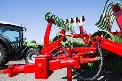 Lantbrukgräsklippningsmaskin och traktor Arkivfoton