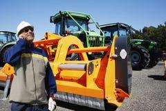 Lantbruktraktor och jättegräsklippningsmaskin Royaltyfri Fotografi