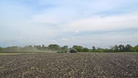 Lantbruktraktor som plogar land odlingsbart lantbruk jordbruks- industri lager videofilmer