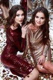 Lantejoula brilhante do vestido vermelho magro bonito 'sexy' do ouro do desgaste de mulher dois Imagens de Stock