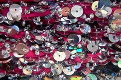 Lantejoulas redondas coloridas na tela de confecção de malhas para fundos do feriado foto de stock
