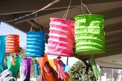 Lantens de papel en una parada en el mercado del país Fotografía de archivo libre de regalías