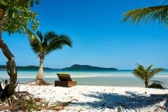 Lanterfanter/Ligstoel bij strand, aardige zonnige de zomerdag Koh Rong Sanloem-eiland, Saracene Baai Kambodja, Azië stock fotografie