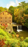 Lantermans磨房在秋天期间的Youngstown俄亥俄 免版税库存照片