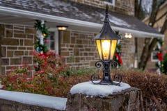 Lanterna all'aperto con neve per il Natale Immagini Stock Libere da Diritti