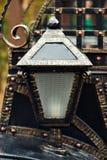 Lanterna antica forgiata su un muro di mattoni Fotografia Stock