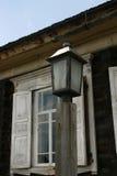 Lanterna antiga em um polo de madeira Foto de Stock