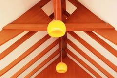 Lanterna arancio che appende con il legno. Immagini Stock Libere da Diritti