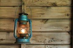 Lanterna arrugginita che appende in una tettoia Immagini Stock