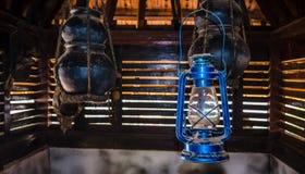 Lanterna azul e empoeirada tradicional entre potteries antigos Imagens de Stock