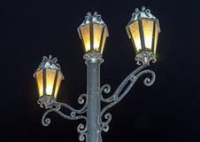 Lanterna bronzea di illuminazione di via, contro lo sfondo del cielo notturno retro fotografia stock libera da diritti