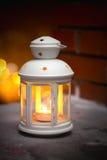 Lanterna bruciante nella neve immagini stock libere da diritti