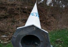 Lanterna caduta che versa su uno spazio di sosta dell'autostrada senza pedaggio vicino alla città fotografia stock