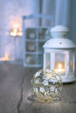Lanterna, candele e decorazioni decorative di Natale Fotografia Stock