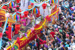 A lanterna chinesa do festival com bandeiras do carro, meninas no carro doou o dinheiro, fortuna para visitantes Fotos de Stock