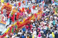 A lanterna chinesa do festival com bandeiras do carro, meninas no carro doou o dinheiro, fortuna para visitantes Foto de Stock Royalty Free