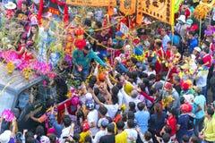 A lanterna chinesa do festival com bandeiras do carro, meninas no carro doou o dinheiro, fortuna para visitantes Imagens de Stock Royalty Free