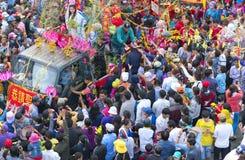 A lanterna chinesa do festival com bandeiras do carro, meninas no carro doou o dinheiro, fortuna para visitantes Imagem de Stock