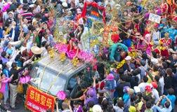 A lanterna chinesa do festival com bandeiras do carro, meninas no carro doou o dinheiro, fortuna para visitantes Fotos de Stock Royalty Free