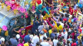 A lanterna chinesa do festival com bandeiras do carro, meninas no carro doou o dinheiro, fortuna para visitantes Fotografia de Stock