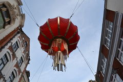 Lanterna cinese che appende fra le costruzioni Fotografie Stock Libere da Diritti