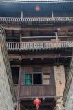 Lanterna cinese rossa in un alloggio tradizionale di Tulou di hakka Immagine Stock