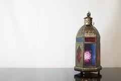 Lanterna colorata tradizionale su vetro scuro Immagine Stock
