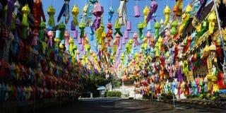 Lanterna colorida durante o festival do krathong de Loy CHIANG MAI, TAILÂNDIA imagem de stock