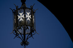 Lanterna com cruz maltesa branca Foto de Stock Royalty Free