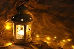 Lanterna com papel de envolvimento, decoração do Natal ano novo feliz 2007 Fotos de Stock