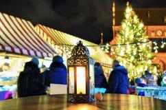 Lanterna con la candela dentro al mercato di Natale di Riga Immagine Stock