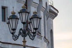 Lanterna contra o c?u e a igreja foto de stock