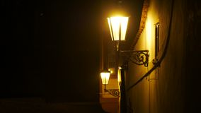 Lanterna d'annata alla via di notte Edificio di Hystoric Fotografia Stock Libera da Diritti