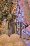 Lanterna d'argento sulle decorazioni di natale Immagine Stock